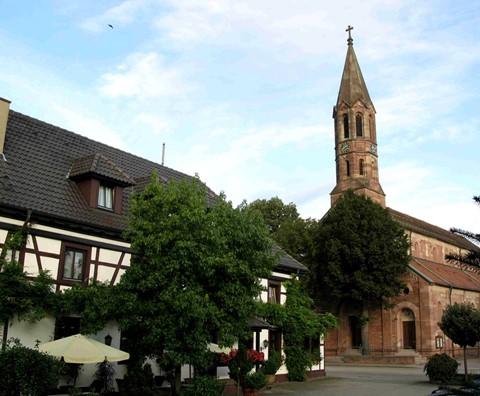 Das Hotel Zum Schwan (Linke) - St. Laurentius Kirche - Hügelsheim - Baden Württemberg - Deutschland
