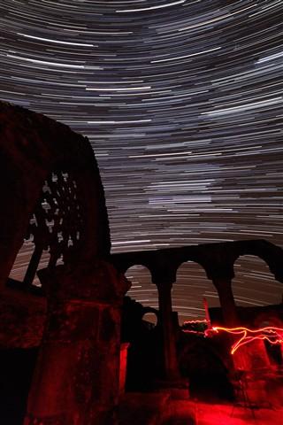 Filé d'étoiles au-dessus des ruines d'une chapelle