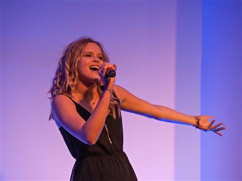 Julia Stark - singer