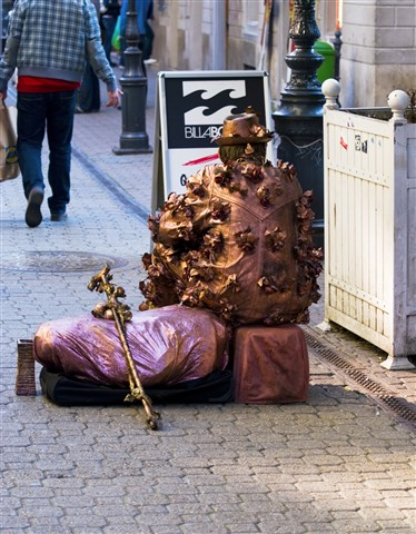 Live statue resting